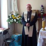 Владика Яцек біля освяченої фігурки Фатімської Богородиці