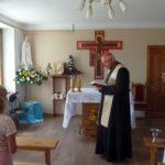 Владика Яцек читає молитву освячення фігурки Фатімської Богородиці