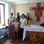 Владика Яцек і сестри-гоноратки Марта і Луція біля освяченої фігурки Фатімської Богородиці у Севастополі